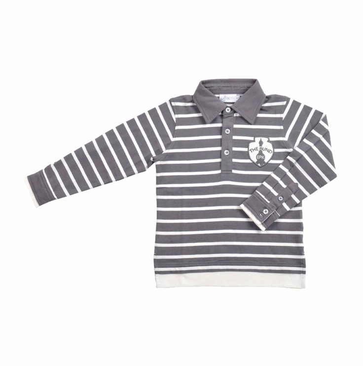 """Chemise tipo """"Polo"""" para niño, de rayitas gris oscuro y hueso. Cuello de camisa en color gris. Al frente del lado izquierdo, un parche en tonos de grises."""