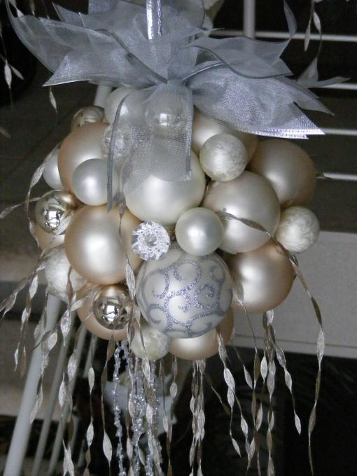 Hot glue ornaments to a foam ball hang over table entry - Ornament tapete weiay ...