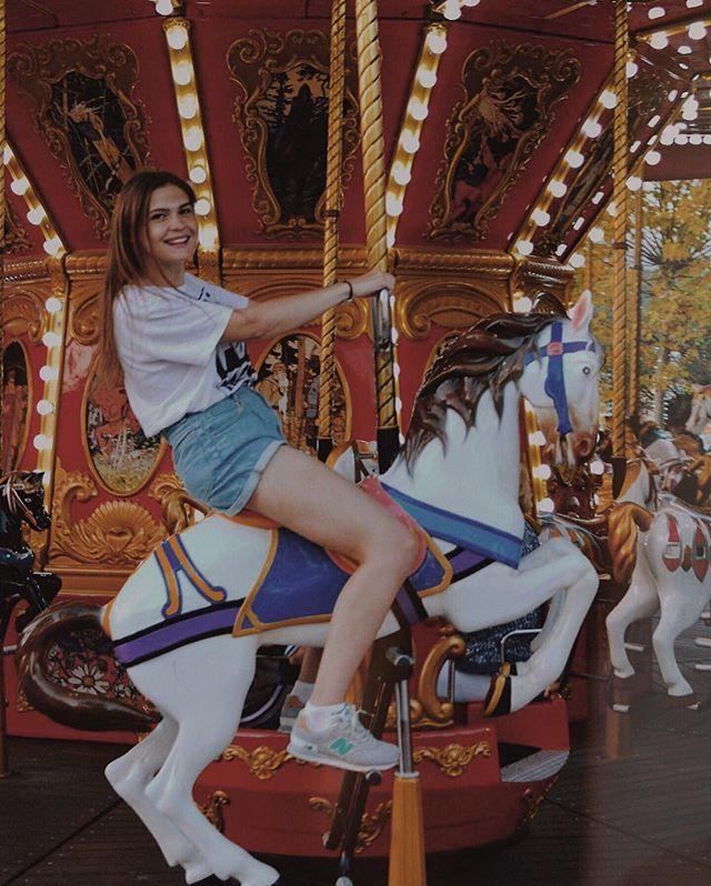 """Instagram media by pani_romanowska - Я на коне!!!🐎💪😃 Нужно было принять знаменитую позу с картины """"Наполеон на перевале Сен-Бернар"""", да конь еле вставал на дыбы, а треуголку ветром унесло!😁 P.S. ещё два-три круга и меня бы укачало даже с этих коняШек, но эта лайтовая карусель мне подходит, главное, чтоб не такая, как у Брэдбери в романе """"Надвигается беда""""!😂🎠 P.P.S. А само фото дышит какой-то осенью, пусть тогда и было """"лето""""!🍁🍂 #сочипарк #карусель #лошадки #толькомысконем #янаконе…"""