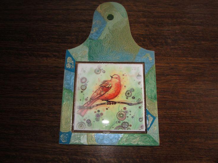 Tabla tono verde y dorado en craquelado con diseño en cerámica sublimada y pintura pebeo prisme y moon. VALOR $6.500