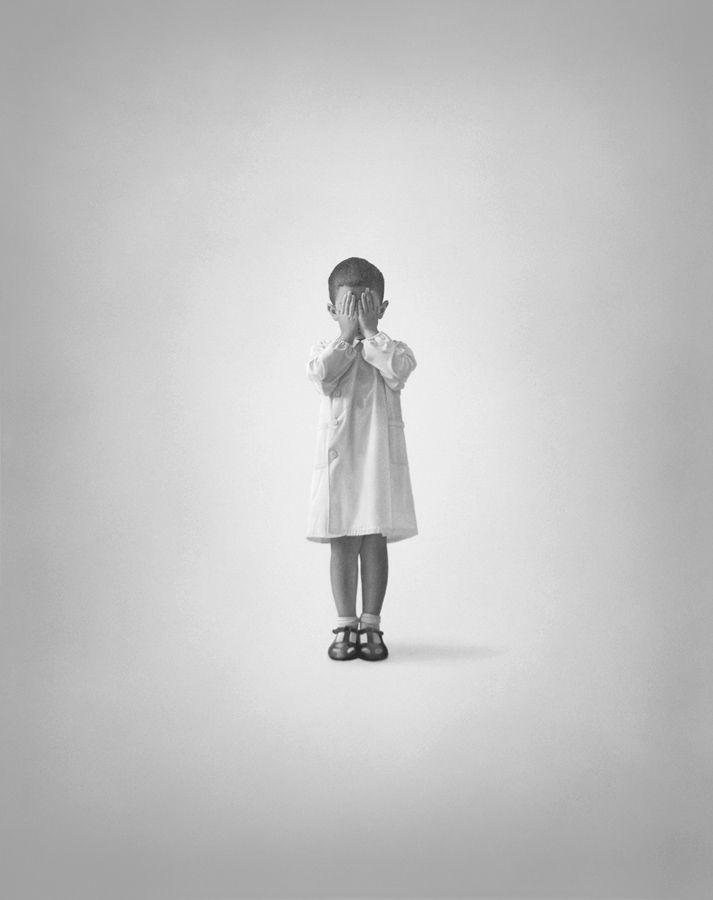 L BAMBINO GIOVANNI ALFANO Olio su tela, 100x80 cm, 2014  Ritratto in uno spazio vuoto e luminoso con il vestito bianco e senza macchia, non vuole avere relazione con nessuno. Lontano da ogni possibile corruzione resta puro e autentico. Il bambino, sottolineato da una leggera ombra, ritratto in uno spazio ampliato che rileva ancor di più la sua energia.