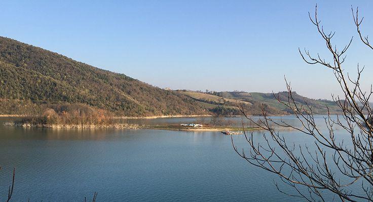 il lago di Castreccioni, il bacino artificiale più grande del centro Italia.