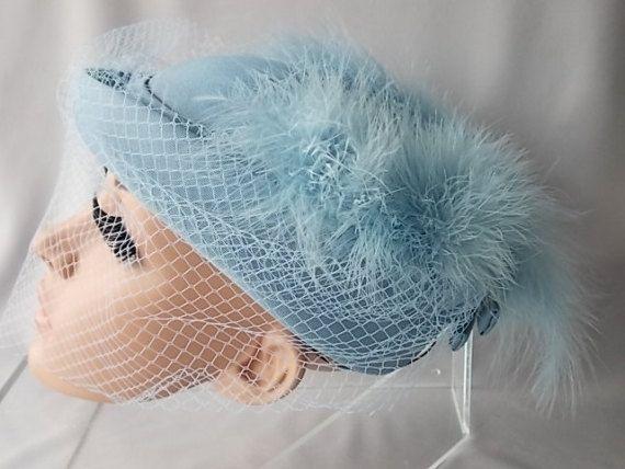 Cappello Vintage, Mitzi Boutique Londra, matrimonio cappello, occasione formale, classico, Band, arco stile Vintage qualità cappello di piume di struzzo azzurro polvere.