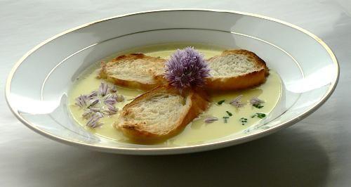 Porová polievka s pažítkovými kvetmi, recept   Naničmama.sk