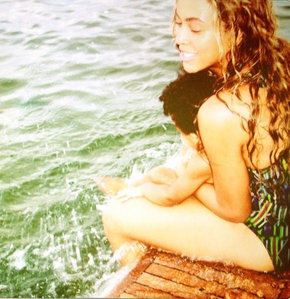 Summer days: Πλατσουρίζοντας στο νερό, από αυτές τις στιγμές που θα θυμούνται κοι οι δύο για πάντα.
