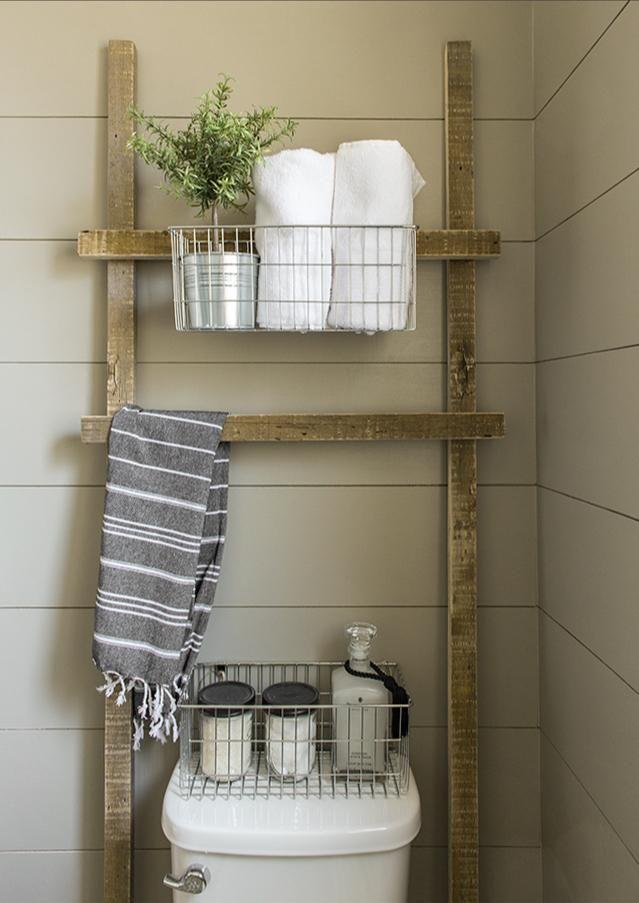 """bygg en egen """"stege"""" och borra upp hyllor på den, ställ den sedan över toalettstolen. På så sätt får du förvaringen utan att behöva göra något på väggen."""
