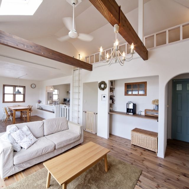 ReBORN-Houseさんの、部屋全体,照明,ナチュラル,木製,カウンター,ロフト,小窓,シーリングファン,ホワイトインテリア,LDK,可愛い,梁のあるリビング,パインフロア,吹抜けリビング,布ソファ,のお部屋写真