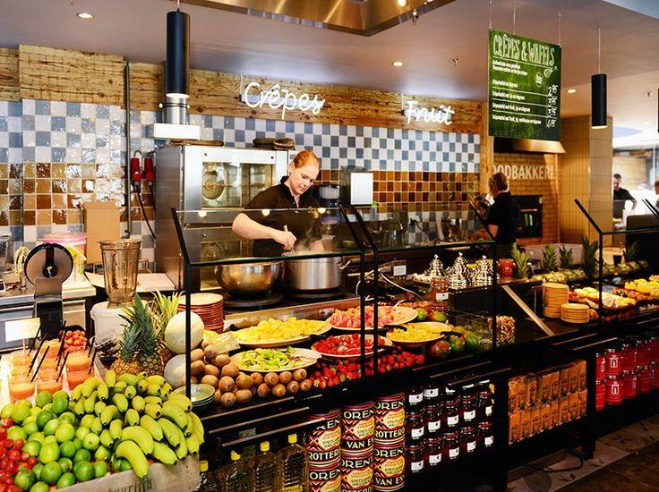 De gast wordt in Leiden dan ook nóg meer meegenomen in de bereidingswijze van de gerechten. Zo kunnen gasten live meemaken hoe hamburgers worden gemaakt en hoe biefstuk wordt gesneden en verwerkt. Al het graan voor pizza's, pasta's en broden wordt terplekke gemalen en in houtgestookte ovens gebakken. Hiermee gaat La Place nog een stapje verder als het gaat om het 100% natuurlijke, huisgemaakte en dagverse productaanbod van La Place.