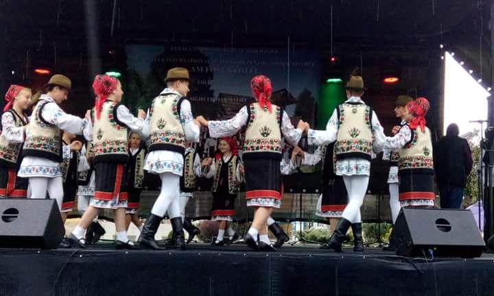 XVIII edizione del Festival Internazionale del Folklore in Romania. Sfilata inaugurale con danze tipiche. Il Liceo Artistico Stagio Stagi di Pietrasanta ha partecipato con la classe 1B.