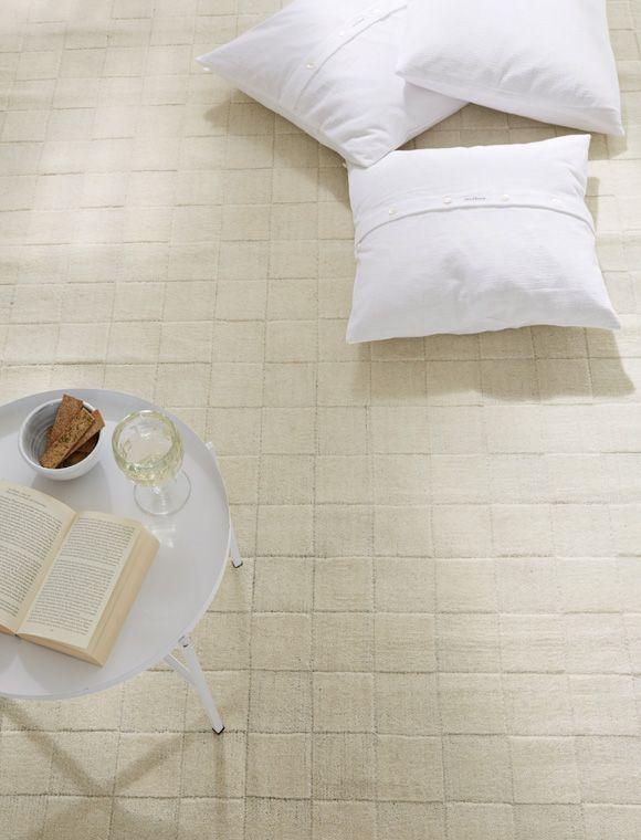 Simple Die vielen wei en Quadrate verleihen dem Teppich seine schlichte Eleganz Er ist aus