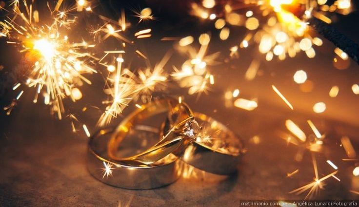 Capta la esencia de tus aros de matrimonio con una foto como ésta #aros #matrimonio #ceremonia #marido #mujer #foto #dorado #boda #weddingrings #ceremony #groom #wife #married #justmarried #gold  #wedding