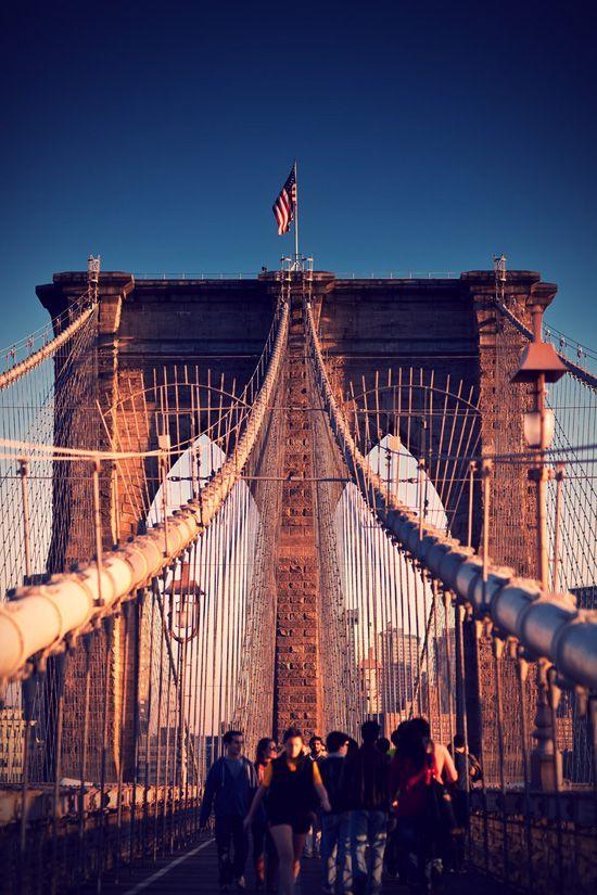 New York : le Brooklyn Bridge   Plus d'infos sur ce célèbre pont de New York sur Cityoki ! http://www.cityoki.com/fr/decouvrir-newyork/brooklyn-bridge/  or in English here! http://www.cityoki.com/en/discover-newyork/brooklyn-bridge-monument/