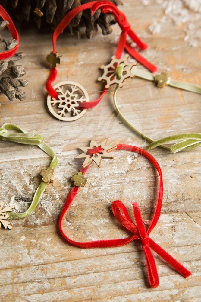 Μένη Ρογκότη - Χριστουγεννιάτικα μαρτυρικά βάπτισης βραχιόλια με ξύλινες χιονονιφάδες και χρυσαφί σταυρό