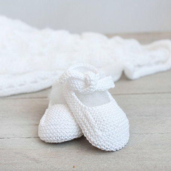 Merceditas de algodón para bebé tejidas a mano por ALittleDresses. 13€