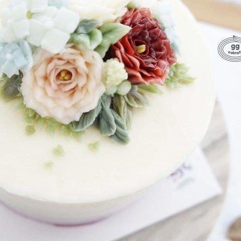 소담한 꽃송이 🌺🌼 G.G. flowercake. Done by G.G.Cakraft teacher Won. - - #대한민국플라워케이크협회 #rkfa  #ggcakraft #buttercreamflowers #koreanflowercake #ggclass #glossbuttercream #cakeporn #flowercakedubai #koreaflowercake #cake #cakeicing #buttercream #flowers #flowercake #buttercreamflowers  #bakingclass #flowercakeeurope #weddingcake #버터크림케이크 #buttercake #지지케이크라프트 #플라워케이크 #버터크림 #버터플라워케이크 #버터크림플라워케이크 #glossybuttercream