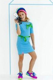 Hollands rood-wit-blauw of liever knalgroen? Met dit jurkje kun je kiezen. Je krijgt namelijk naast een rood-wit-blauwe strik en ceintuurtje ook een groene strik met ceintuur erbij. De drukker op het jurkje zorgt ervoor dat je je look in een handomdraai kunt veranderen.