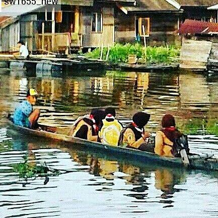 #Repost from @sw1655_new with @regram.app   ...   Potret adik-adik yang pulang sekolah dengan menggunakan perahu kecil (Jukung), terletak di daerah Negara, desa Pandak Daun, Kec. Daha Utara, Kab. Hulu Sungai Selatan.  Perahu itu sudah tua, dan sang pemilik perahu pun adalah seorang kakek, beliau menjadi ojek perahu untuk anak-anak yg menyebrang sekolah. Anak-anak suka rela memberikan sisa uang jajan mereka untuk membayar beliau yg telah menyebrangkan, dari Rp. 500, - Rp. 1000., Dan, tentu…