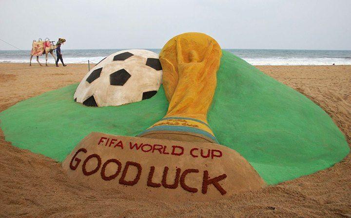¡Buena Suerte!  El artista Sudarshan Pattnaik elaboró una réplica de la Copa de la FIFA con la arena de la playa de Puri, en India. #LaFotoDelDía.