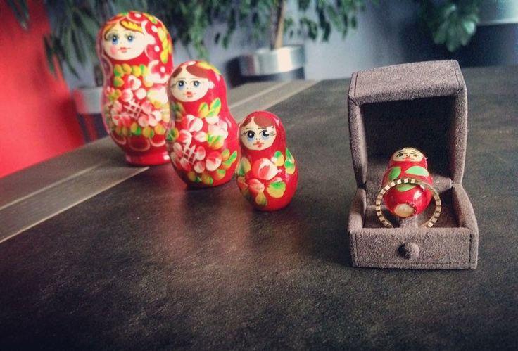 Demande en mariage avec une poupée russe