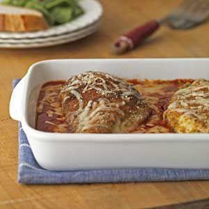 KUŘE S PARMEZÁNEM A ŠPAGETAMI                                  Vařit během týdne časově náročná jídla si v dnešní hektické době může dovolit málokdo z nás. Proto jsme dnes pro vás připravili další z rychlých receptů, tentokrát inspirovaných italskou kuchyní: kuřecí prsa zapečená s parmezánem, dochucená česnekem a rajčatovým pyré. Z běžných ingrediencí vykouzlíte doslova za pár chvil skvělou večeři, při níž zapomenete na starosti …