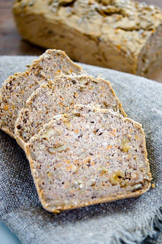 Buchweizenbrot (vegan + glutenfrei) mit Haferflocken, Chia Samen, Sonnbenblumenkerne, Walnüsse und frisch geriebene Karotte.