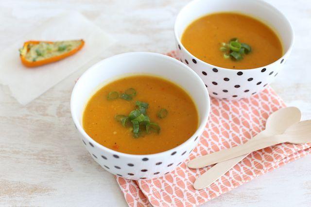 Om alvast in de oranje sferen te komen delen we vandaag dit lekkere oranjesoepje met jullie. Voor dit recept heb ik onder andere een oranje paprika, pompoen en wortel gebruikt. Voeg eventueel nog een