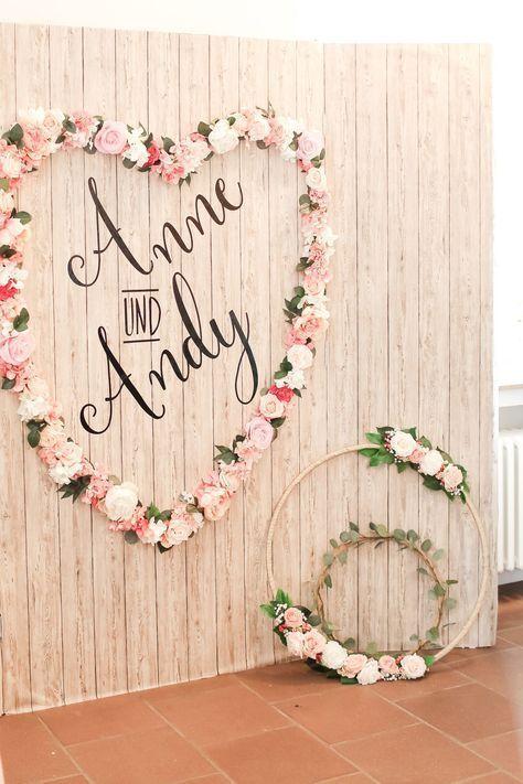 Ein großes Herz aus Blumen, in dem die Namen des Brautpaares stehen. Das Blumen…