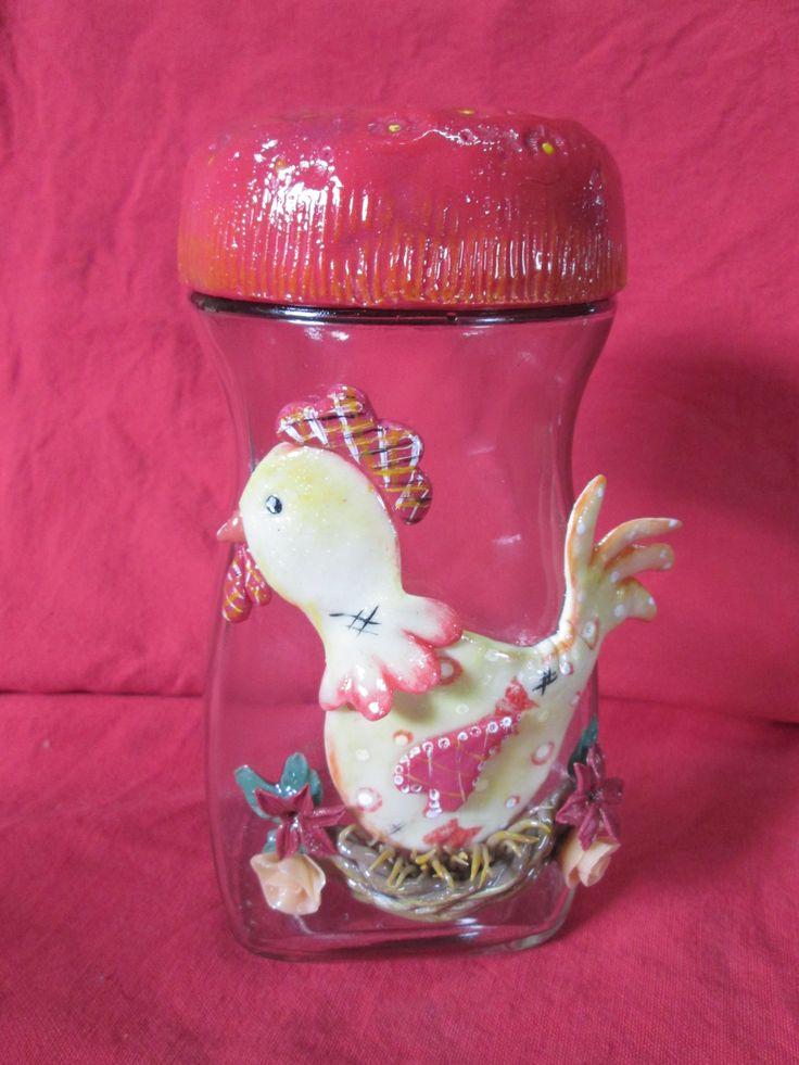 frasco reciclado y adornado con figura en porcelana fría