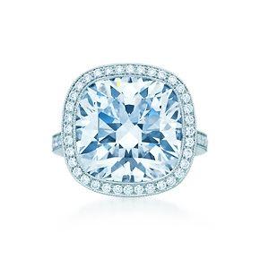 Anello con diamante taglio cuscino, platino e diamanti tondi taglio brillante.