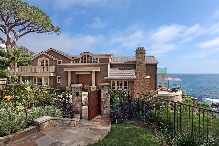 Коричневый дом в средиземноморском стиле с забором