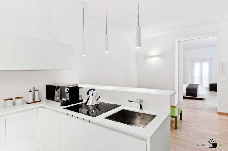 Белая кухня с легкими вкраплениями черного цвета