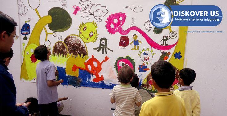 Todos reunidos decorando nuestro lugar de estudio, mural de los niños.