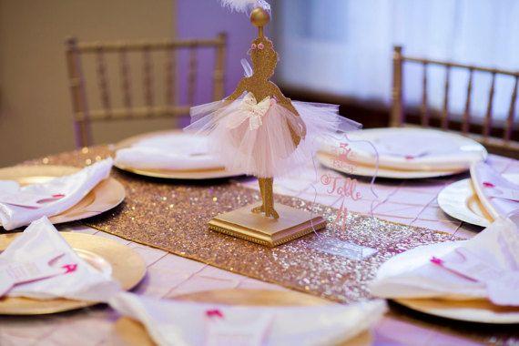 Tutti vogliono celebrare la loro festa a Balletto Ballerina, un bambino doccia o un evento in un modo unico che esprime il loro stile personale, il cibo per la decorazione della tavola. Ecco perche  una parte di Ballerina è il modo migliore per festeggiare il suo compleanno successivo. Abbiamo preso il concetto di una Ballerina festa di compleanno ed elevata con cartoncino di alta qualità glitter. Questa decorazione Ballerina si distingue ulteriormente con luso di real tulle, nastro e fiori…