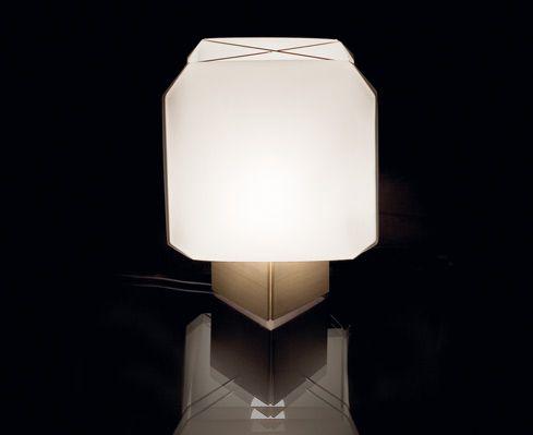 Caratterizzata da un diffusore di forma cubica, la lampada Bali è un oggetto di estrema leggerezza realizzato con materiali innovativi e con ottime qualità luminose. Progetto del 1958 per Danese, la firma Bruno Munari che sperimenta con questo lume da tavolo modulare la sua vocazione all'autocostruzione   www.gallisrl.eu