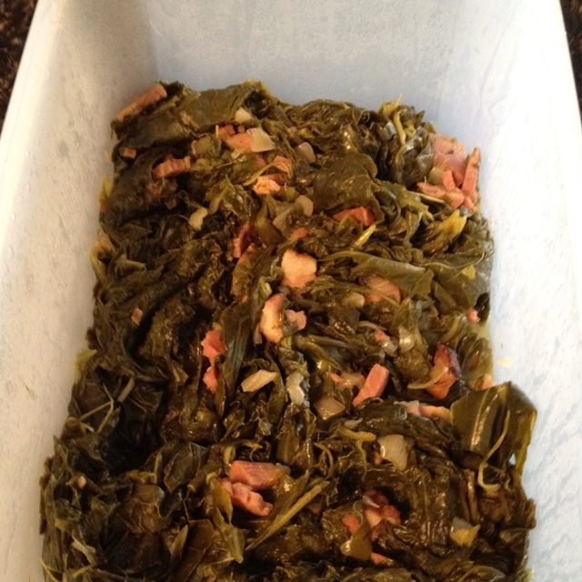 Mustard greens in electric pressure cooker Tear greens & fill cooker halfway. Add layer of chopped onions & ham. Add another layer of greens to fill cooker. Sprinkle with salt. Pour 1/2 cup beef broth over greens. Set cooker on veg & cook for 35 mins.