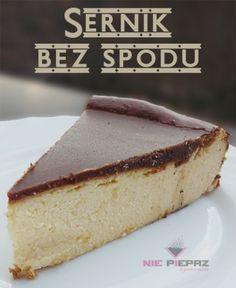 Mokry, delikatny sernik, o kremowym smaku. Łatwy i szybki sernik pieczony bez spodu, z polewą czekoladową.