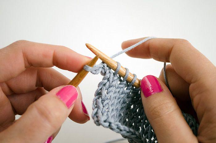 We Are Knitters vous apprend comment tricoter un rang envers sans tourner le tricot. Une technique facile et pratique !