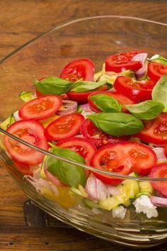 Mediterraner Ciabatta-Schichtsalat mit Tomaten