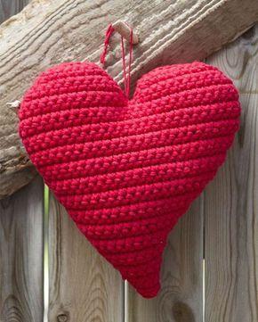 Hæklet rød hjerte, som vil være sød som dørpynt.