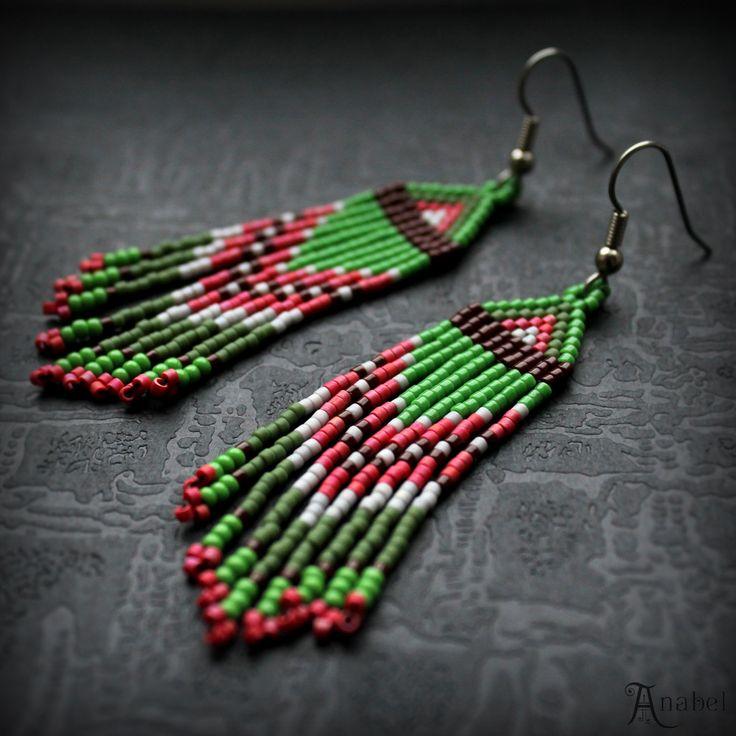 Небольшие зеленые серьги из бисера. Длинные сережки с бахромой