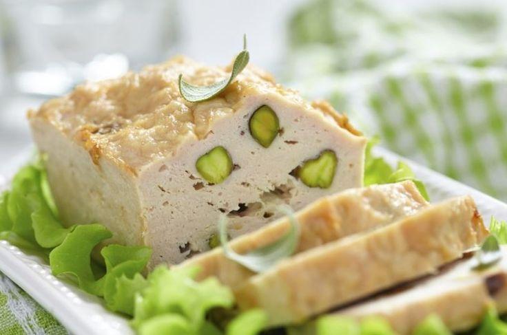 Fiambre de pollo con pistachos, una receta que cunde mucho ideal para el verano. Se puede tomar a solas o para hacer sándwiches deliciosos.