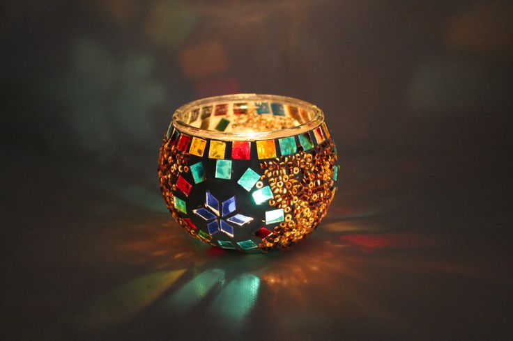 Ilumina tus interiores con este portavelas turco elaborado en mosaico de vidrio multicolor.