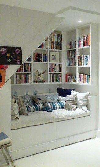 Ambiente intimo - Arredare una casa con i libri per un angolo lettura accogliente.