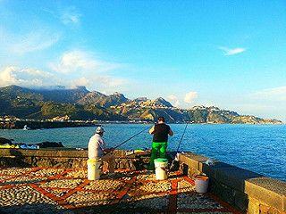 Giardini Naxos (ME) - Pescatori al porto di Giardini Naxos con Taormina sullo sfondo | da Lorenzo Sturiale