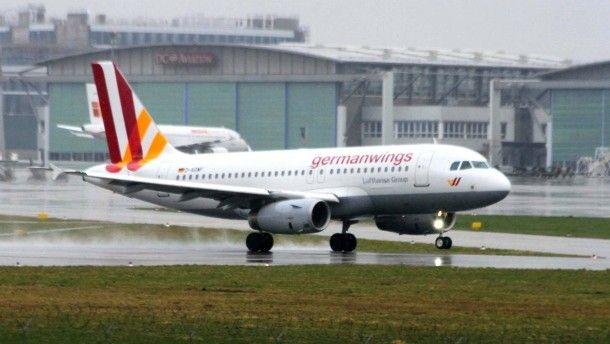 Die Bombendrohung erreichte am Sonntagabend die Bundespolizei. Das Bild zeigt eine Maschine der Germanwings-Flotte in Stuttgart. http://www.faz.net/aktuell/gesellschaft/bombendrohung-gegen-germanwings-flug-nach-mailand-13534652.html
