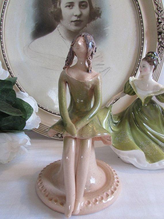 Nur die wunderbare Figur... so amüsant, mit dieser kleinen Pose...  In der Tat kam sie mit ein paar anderen kleinen Figuren so jemand offensichtlich eine kleine Sammlung gemacht. Hier sitzt sie abschirmenden Hände gefaltet in den Schoß und geschlossenen Augen.  In perfektem Zustand sitzt sie auf 8 hoch (20 cm)  Wunderschöne grüne Kleid mit den feinsten Details.  Schöne Sammlerstücke junge Dame!     Fühlen Sie sich frei, Fragen zu stellen.  Dieser Artikel ist eine antike oder Oldtimer…