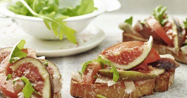 Der italienische Klassiker im neuen Gewand: Zu den sonnengereiften Tomaten gesellen sich feine Feigen auf das geröstete Brot. Einfach unwiderstehe ...