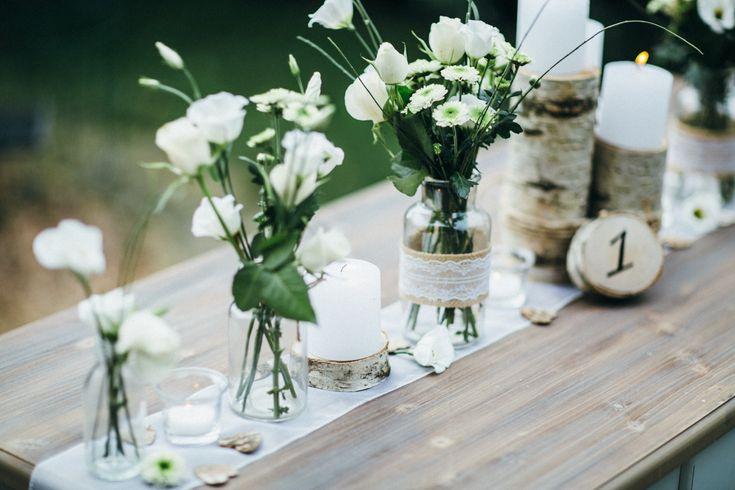 Eine Hochzeit im natürlichen Stil. Birkenholz, Jute und Spitze lassen Ihren …   – Tischdeko