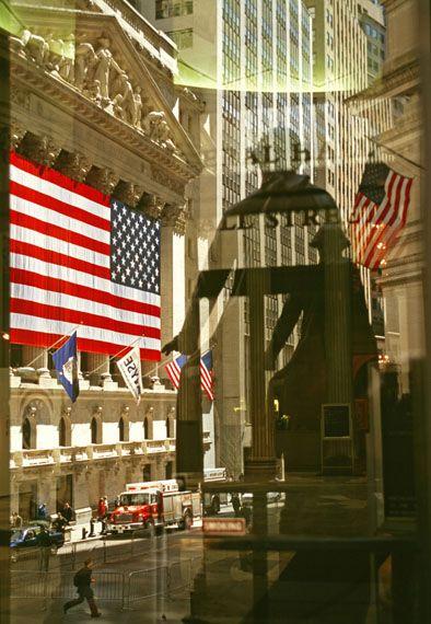 Fotografien aus Amerika 1963 - 2013. Wall Street, das George-Washington-Denkmal spiegelt sich  in den Türen der New Yorker Börse, New York, 2002 © Thomas Hoepker / MAGNUM PHOTOS
