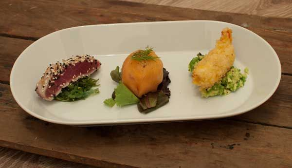 3 mooi opgemaakte vishapjes op een bord. Deze trio van vis met zalm en tonijn is ontzettend lekker. Een heerlijk voorgerecht om je gasten mee te imponeren.